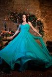 Młoda dziewczyna macha ona długo turkus suknia obraz royalty free