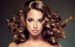 Młoda dziewczyna model z zwartym, kędzierzawym włosy, zdjęcia royalty free