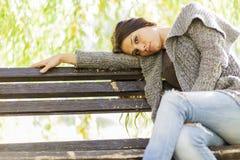Młoda dziewczyna na ławce Obrazy Royalty Free