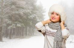 Młoda dziewczyna na śnieżnym lesie Fotografia Royalty Free