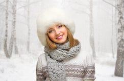 Młoda dziewczyna na śnieżnym lesie Zdjęcie Stock