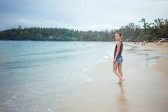 Młoda dziewczyna na błękitnym dennym tle Tropikalny kraj Plaż fala Zmierzch świt Tajlandia Phuket Kat Zdjęcie Royalty Free