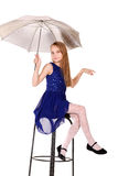 Młoda dziewczyna na krześle z parasolem Zdjęcie Stock