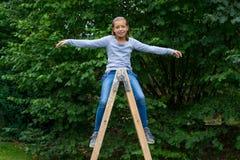 Młoda dziewczyna na luzowań szczęśliwy bawić się Zdjęcia Stock