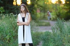 Młoda dziewczyna na naturze pokazuje emocje zdjęcie royalty free