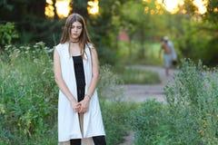 Młoda dziewczyna na naturze pokazuje emocje zdjęcia royalty free