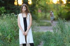 Młoda dziewczyna na naturze pokazuje emocje zdjęcia stock