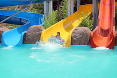 Młoda dziewczyna na pływackiego basenu suwakach Obrazy Royalty Free