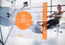 Młoda dziewczyna na wioślarskiej maszynie z futurystycznym interfejsem pokazuje kalorie Fotografia Stock