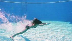 Młoda dziewczyna nur w pływackim basenie zbiory