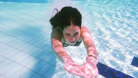Młoda dziewczyna nur w pływackim basenie zdjęcie wideo