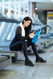 Młoda dziewczyna odpoczywa po ciężkiego treningu w gym fotografia royalty free