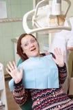 Młoda dziewczyna okalecza przy dentysta wizytą zdjęcia royalty free