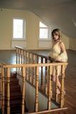 Młoda dziewczyna opierająca się na rzeźbiącym drewnianym poręczu Obrazy Stock