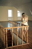 Młoda dziewczyna opierająca się na rzeźbiącym drewnianym poręczu Fotografia Royalty Free