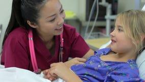 Młoda Dziewczyna Opowiada Żeńska pielęgniarka W oddziale intensywnej opieki zdjęcie wideo