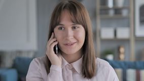Młoda Dziewczyna Opowiada na telefonie komórkowym, Dyskutuje zbiory wideo