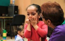 Młoda dziewczyna płacz na jej pierwszy dniu przy szkołą obraz royalty free