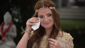 Młoda dziewczyna płacz przy przyjęciem i taniec Nocy świętowanie ślub, urodziny, rocznica lub rocznica, Wydarzenie zbiory