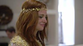 Młoda dziewczyna płacz przy przyjęciem Nocy świętowanie ślub, urodziny, rocznica lub rocznica, Wydarzenie przy luksusem zbiory