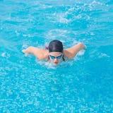 Młoda dziewczyna pływa motyliego uderzenia styl Obraz Royalty Free