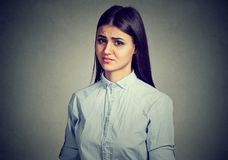 Młoda dziewczyna patrzeje z nieufność fotografia royalty free