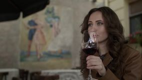 Młoda Dziewczyna Pije czerwone wino zbiory wideo