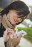 Młoda dziewczyna pisać na maszynie na telefonie Zdjęcia Stock