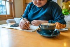Młoda dziewczyna pisze notatkach obrazy royalty free