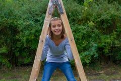 Młoda dziewczyna pod luzowań szczęśliwy bawić się Obraz Royalty Free