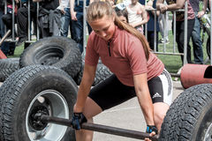 Młoda dziewczyna podnosi ciężkiego barbell weightlifting Fotografia Royalty Free