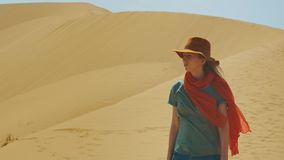 Młoda dziewczyna podróżnik w kapeluszu jest w pustyni wśród piasków Portret pojęcie podróż w Środkowy Wschód zbiory