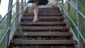 Młoda dziewczyna podróżnik wspina się schodki w terenie górzystym zbiory