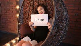 Młoda dziewczyna pokazuje inskrypcję: Koniec zbiory wideo