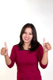Młoda dziewczyna pokazuje oba aprobaty dla sukcesu, zwycięstwa i najlepszy, obraz stock