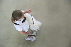Młoda dziewczyna pokazuje przy psią rywalizacją zdjęcie royalty free