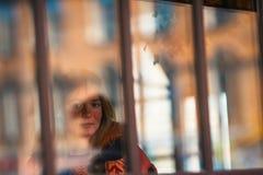 Młoda dziewczyna portret przez szkła z świeceniem w ulicie _ Fotografia Stock
