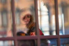 Młoda dziewczyna portret przez szkła z świeceniem w ulicie Zdjęcie Stock