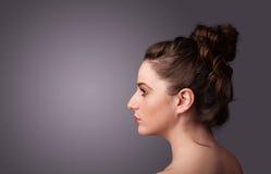Młoda dziewczyna portreta główkowanie z copyspace Obrazy Royalty Free
