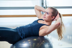 Młoda dziewczyna pracująca przy gym z piłką out Zdjęcia Royalty Free