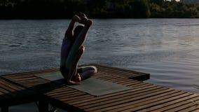 Młoda dziewczyna profesjonalnie angażuje w joga zbiory wideo