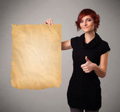 Młoda dziewczyna przedstawia starą papierowej kopii przestrzeń Fotografia Stock