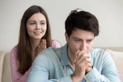 Młoda dziewczyna przeprasza, pytać mężczyzna dla przebaczenia, mówić zmartwiony obraz stock