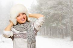 Młoda dziewczyna przy śnieżnym lasem Obraz Stock