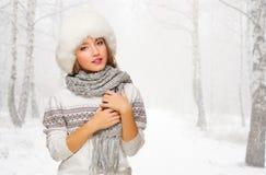 Młoda dziewczyna przy śnieżnym lasem Zdjęcie Royalty Free