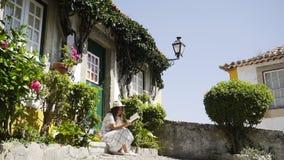 Młoda dziewczyna relaksuje na progu wygodny dom zdjęcie wideo