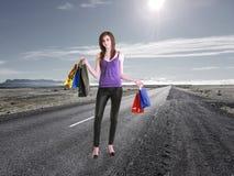 Młoda dziewczyna: robić zakupy na drogowym pojęciu Obraz Royalty Free