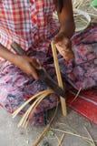 Młoda dziewczyna robi bambusowemu fan Obraz Royalty Free