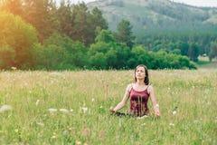 Młoda dziewczyna robi joga outdoors fotografia stock