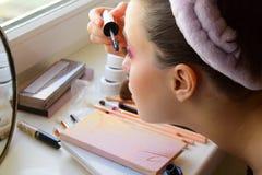 Młoda dziewczyna robi makeup oczy i rzęsy Obraz Royalty Free